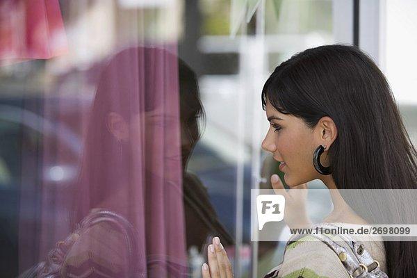 Seitenansicht eine junge Frau Schaufensterbummel