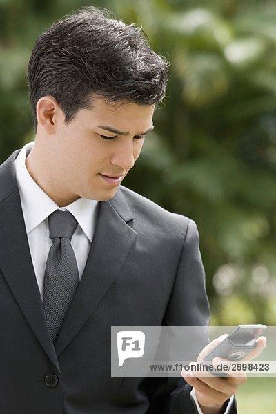 Nahaufnahme für einen Unternehmer mit einem Mobiltelefon