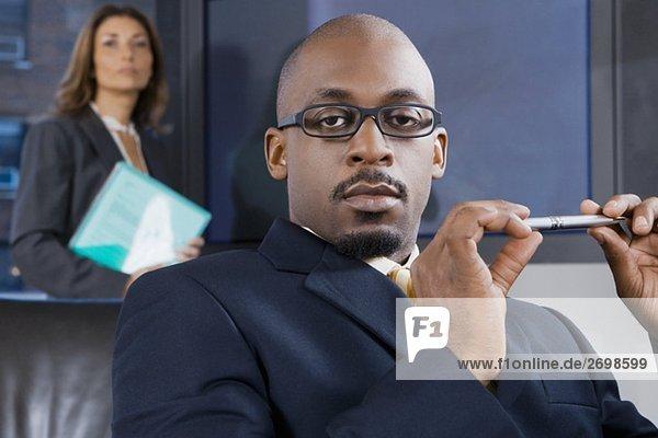 hinter stehend Stift Stifte Schreibstift Schreibstifte Portrait Geschäftsmann Kollege halten