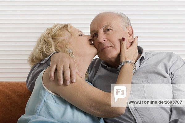 Senior Senioren Frau Mann küssen