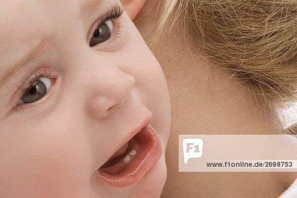 Nahaufnahme eines Baby-jungen Weinen