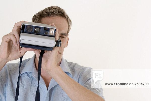 Nahaufnahme eines jungen Mannes mit einer Kamera