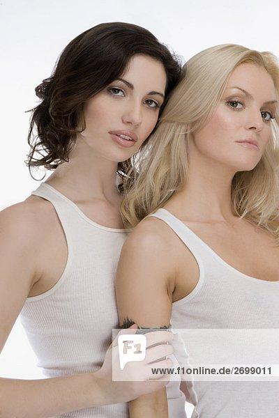 Portrait von zwei jungen Frauen zusammen stehen