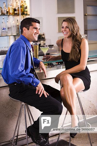 Mitte Erwachsenen Mann und eine junge Frau sitzend in einer bar