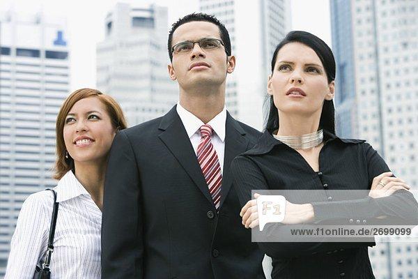 Nahaufnahme eines Kaufmanns stehend mit zwei Geschäftsfrauen