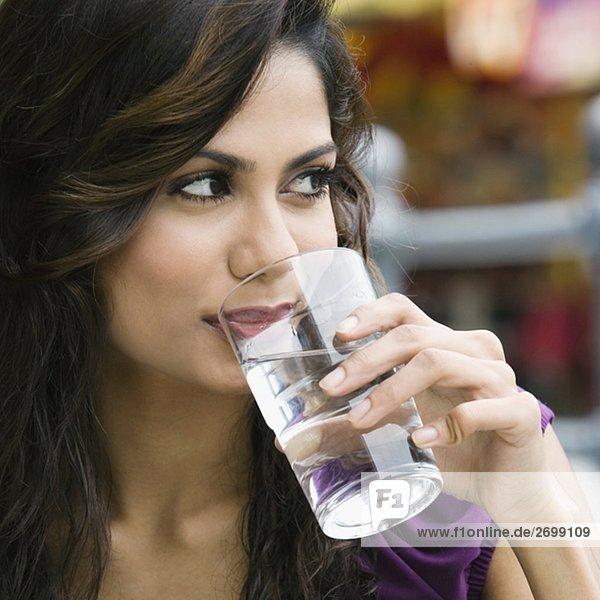 Nahaufnahme einer jungen Frau-Trinkwasser