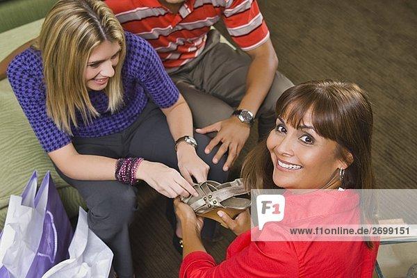 Porträt von einem Verkaufssekretärin zeigt eine Sandale mit einer jungen Frau