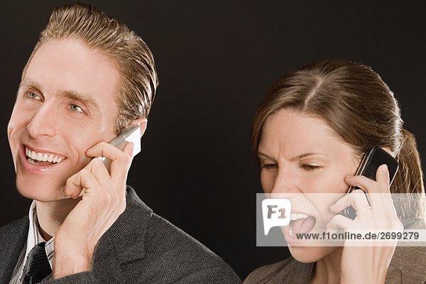 Kaufmann mit geschäftsfrau Gespräch auf dem Handy