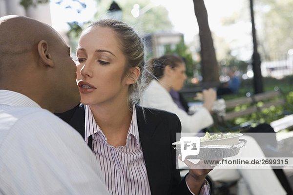 Geschäftsfrau Geschäftsmann küssen