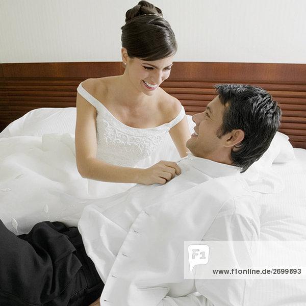 Braut ihr Bräutigam Hemd knöpfte