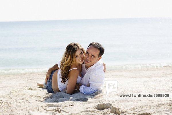 Portrait von Mitte Erwachsenen Mann und eine junge Frau am Strand