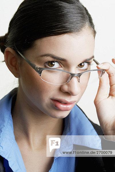 Porträt von geschäftsfrau spähen über ihre Brille