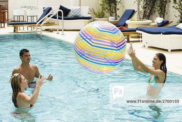 Frau Mann Strand 2 jung Schwimmbad Ball Spielzeug spielen