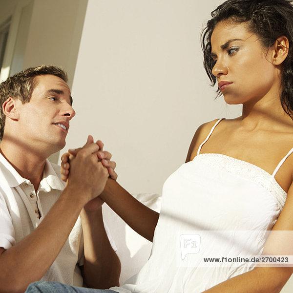 Nahaufnahme eines jungen Mannes an eine junge Frau hand