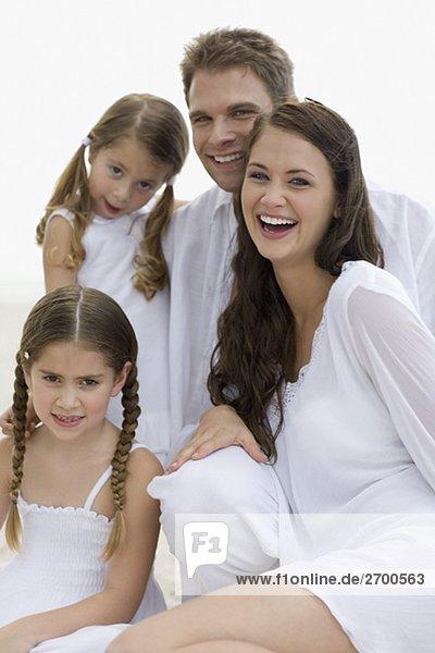 Porträt eines jungen Paares und die beiden Töchter lächelnd