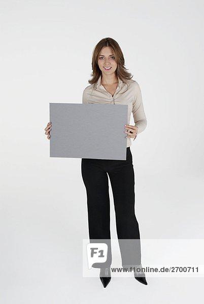 Porträt von geschäftsfrau hält ein Plakat und lächelnd