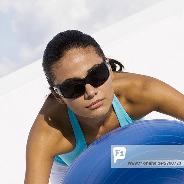 Nahaufnahme einer jungen Frau mit einem Fitness-Ball Ausübung