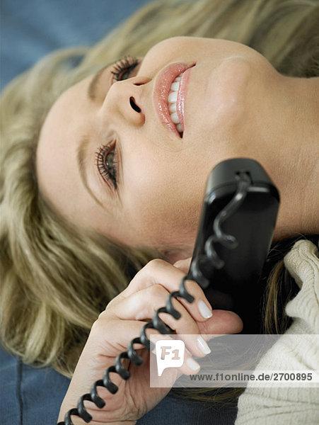 Nahaufnahme einer Mitte erwachsen frau sprechen am Telefon