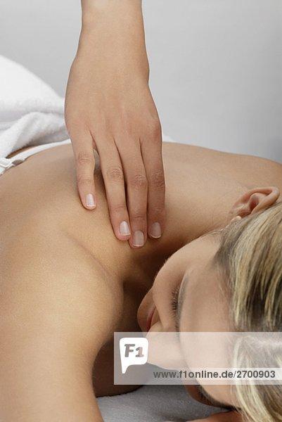 Nahaufnahme einer jungen Frau immer eine massage