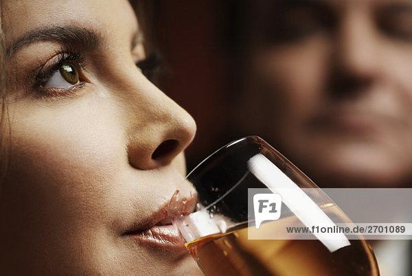 Nahaufnahme einer Mitte erwachsen frau trinken Wein