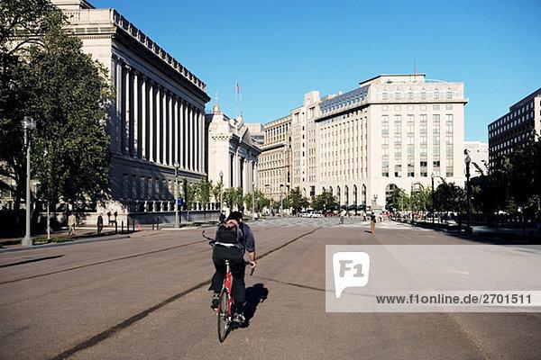 Person Radfahren auf der Straße  Washington DC  USA