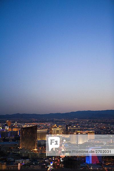 Luftbild von Gebäuden in einer Stadt in der Dämmerung  Las Vegas  Nevada  USA