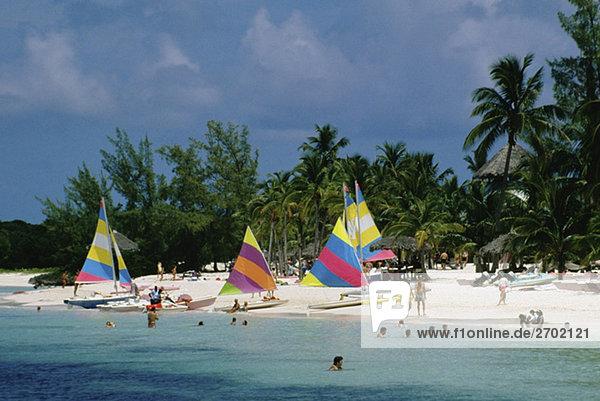 Bunte Segel am Strand  Treasure Island  Abaco auf den Bahamas