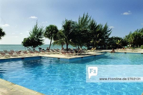 hoch oben durchsichtig transparent transparente transparentes Strand Urlaub Ansicht Flachwinkelansicht Schwimmbad Winkel