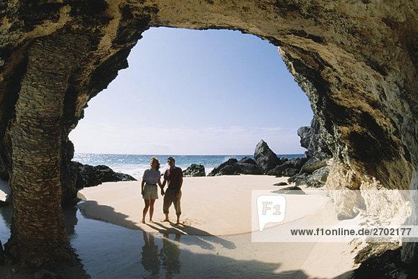 Ein paar beobachten Felsen in der Nähe des Ozeans  natürlichen Bogen  Bermuda