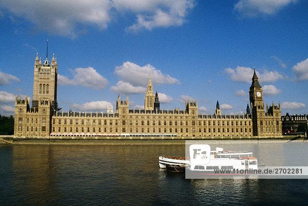 Blick auf das Parlament mit Blick auf den Fluss  London  England