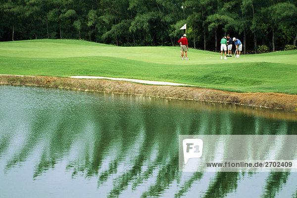 Golfer werden auf einem Golfplatz bei Wyndham Resort  Jamaika gesehen.