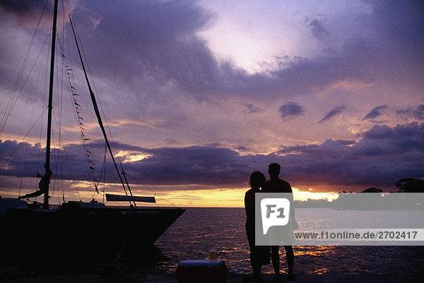 Silhouette von einem Paar bei Negril Beach bei Sonnenuntergang,  Jamaika