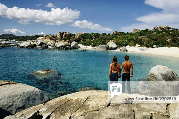Rückansicht eines Paares auf den Felsen  Virgin Gorda  Virgin Islands