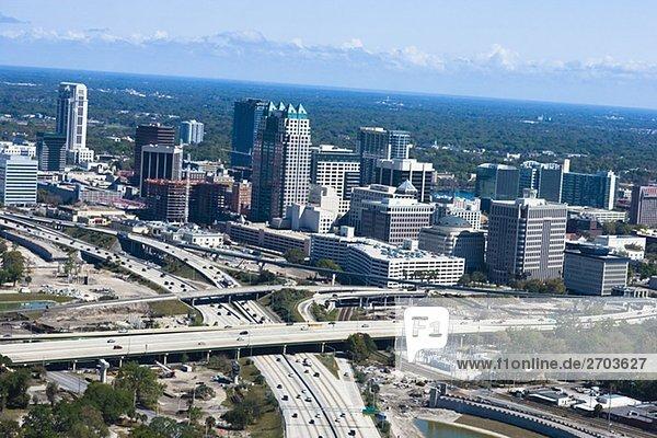 Luftbild von einer mehrere-spurigen Autobahn in einer Stadt  Interstate 4  Orlando  Florida  USA