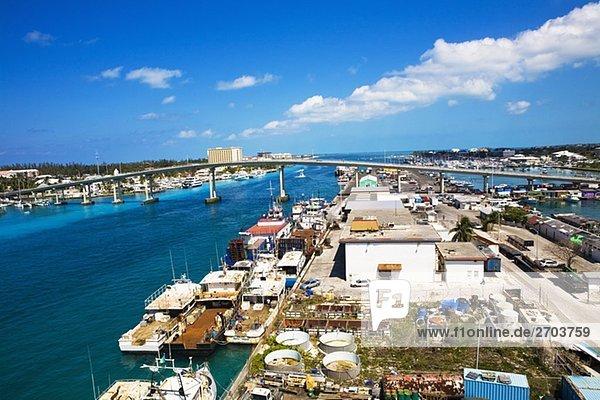 Erhöhte Ansicht von Frachtcontainern an einem kommerziellen Dock  Potter's Cay  Nassau  Bahamas
