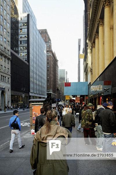Gruppe von Menschen zu Fuß auf dem Gehweg  New York City  New York State  USA