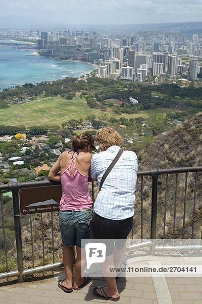 Rückansicht eines Mannes und einer Frau in einem Aussichtspunkt  Diamond Head  Waikiki Beach  Honolulu  Inseln O?ahu  Hawaii  USA