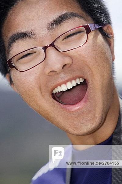 Nahaufnahme eines jungen Mannes lachen