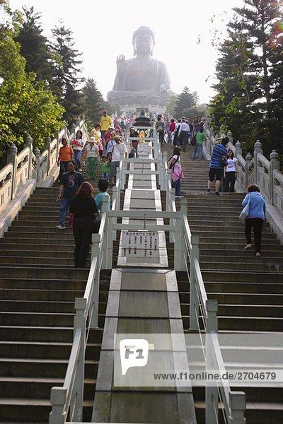 Untersicht von Touristen besuchen ein Kloster,  Tian Tan Buddha,  Po-Lin-Kloster,  Ngong Ping,  Lantau,  Hong Kong,  China
