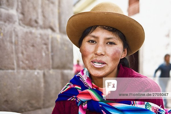 Portrait einer jungen Frau lächelnd  Peru