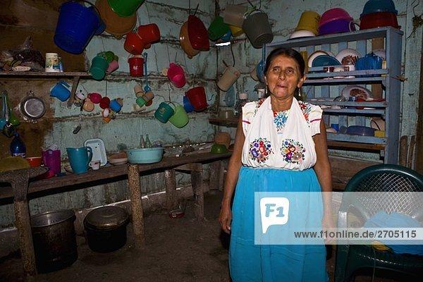 Reife Frau stehend in eine Küche  Papantla  Veracruz  Mexiko