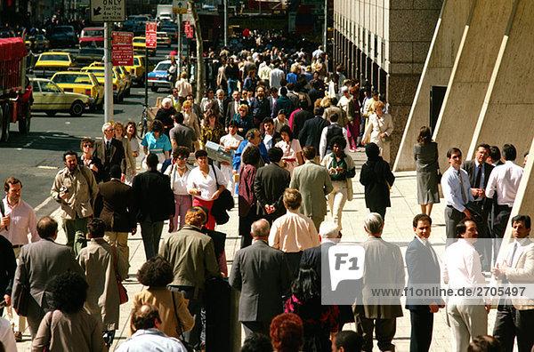 Menschenmassen auf Straße in Central Manhattan New York City