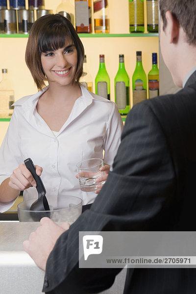 Rückansicht eines Kaufmanns stehen in einer Bar Counter