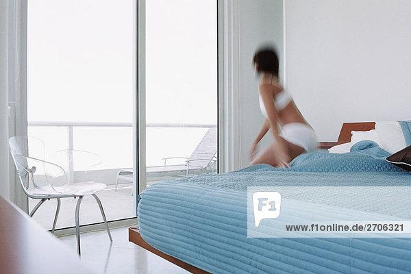 hoch oben junge Frau junge Frauen Bett Rückansicht Ansicht wecken