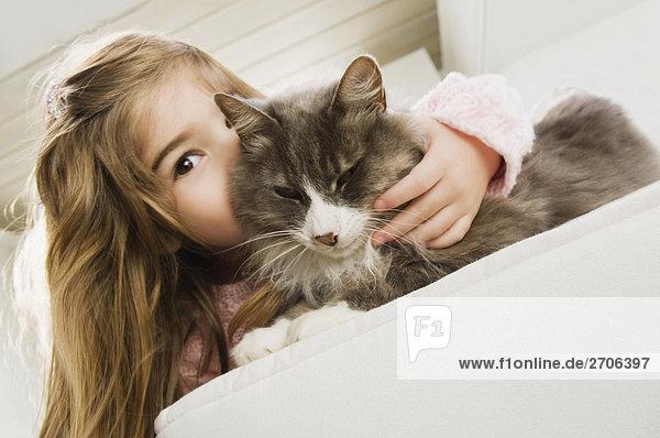 Mädchenbildnis küssen eine Katze