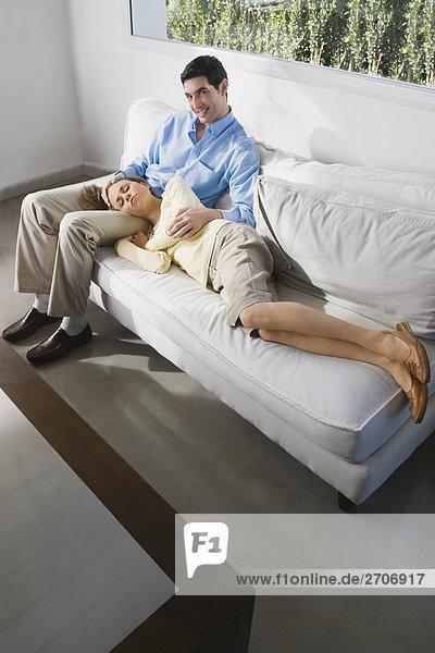 Mitte erwachsen frau schlafen auf ein Mitte Erwachsenen Mann Runde
