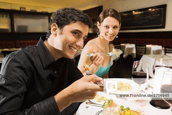 Lebensmittel lächeln Restaurant jung essen essend isst