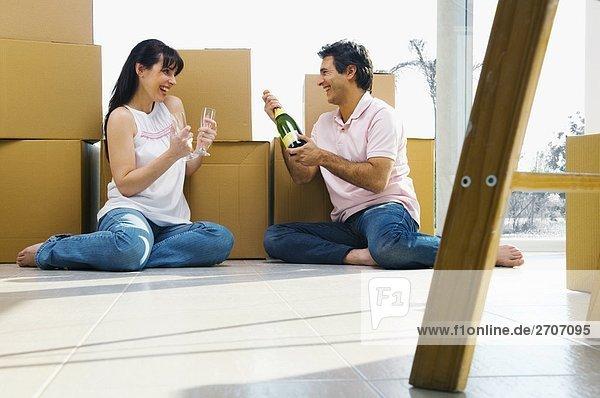 sitzend Boden Fußboden Fußböden Fest festlich Champagner