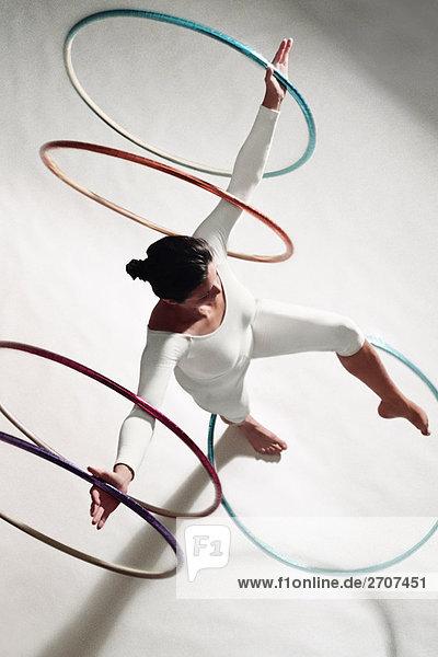 Erhöhte Ansicht einer Frau Training mit Hula hoops