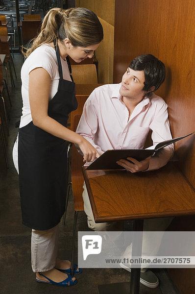 Kellnerin Ergebnis Menü an einen Kunden